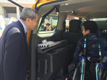 ユニバーサルデザインタクシー出発運行式4